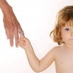 kleines Kind an der Hand